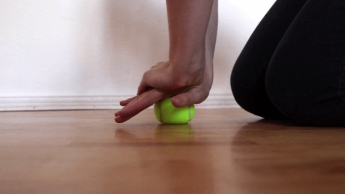 Упражнение для рук с теннисным мячом.