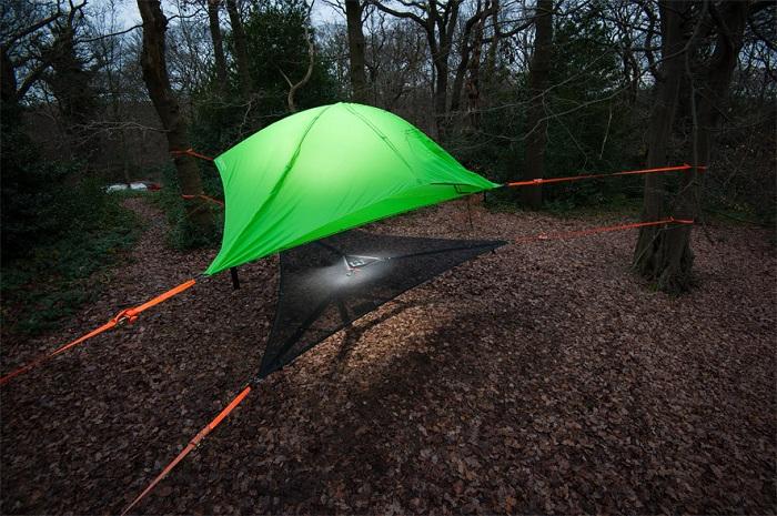 Палатка Tentsile, подвешенная между деревьев.