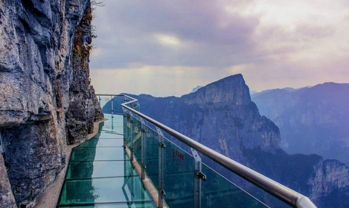 Стеклянный мост вдоль горы Тайханьшан (Китай).