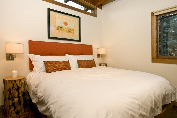 Wedge Cabin. Спальня с огромной кроватью.