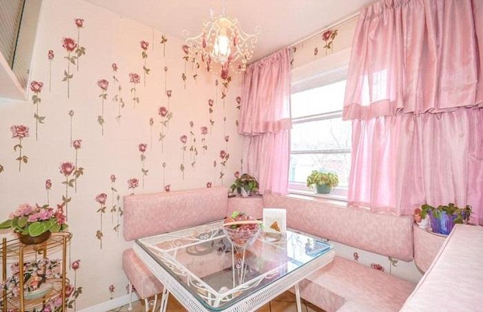 Столовая в розовых тонах.