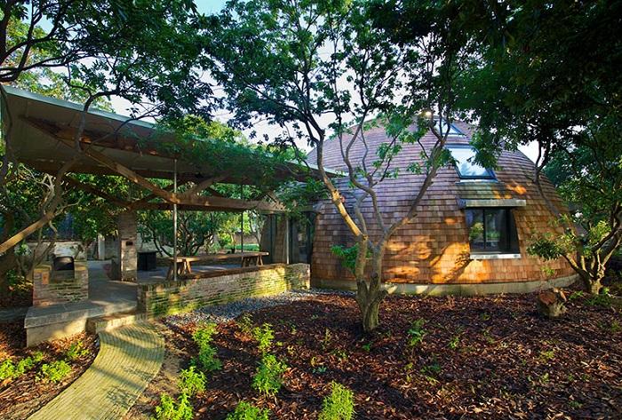 Куполообразный офис, расположенный посреди сада личи.