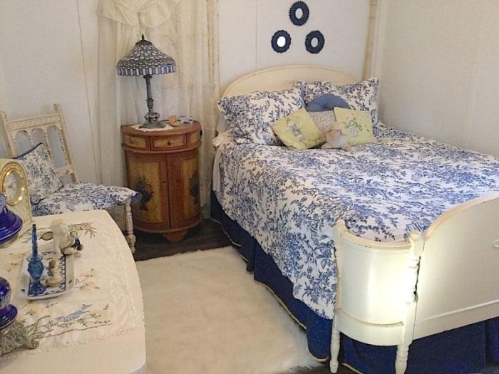 Уютная ретро-спальня в бело-синих тонах.