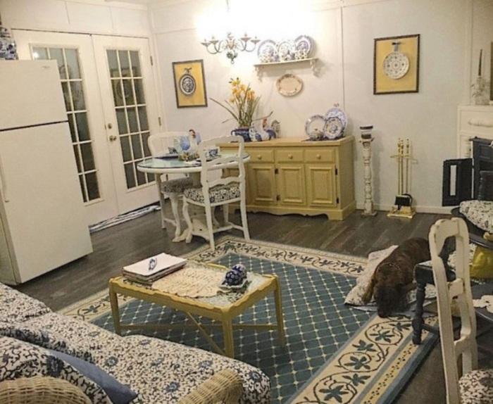 Сохранившуюся старую мебель покрасили, и искусно оформили комнату в винтажном стиле.