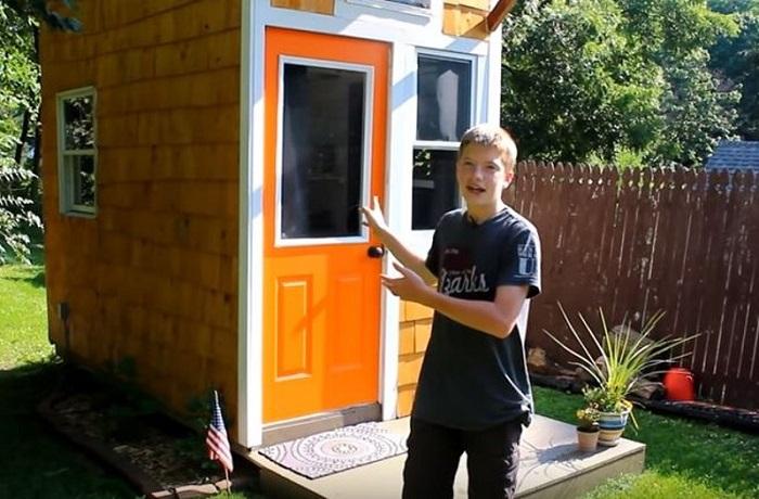 13-летний мальчик самостоятельно построил полноценный дом .