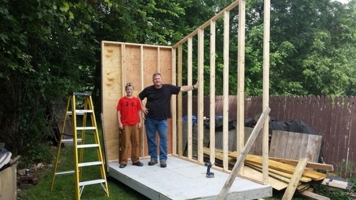 Подросток задумал самостоятельно построить дом.
