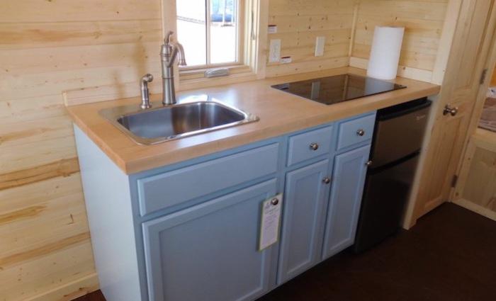 Полноразмерная кухонная панель в маленьком домике.
