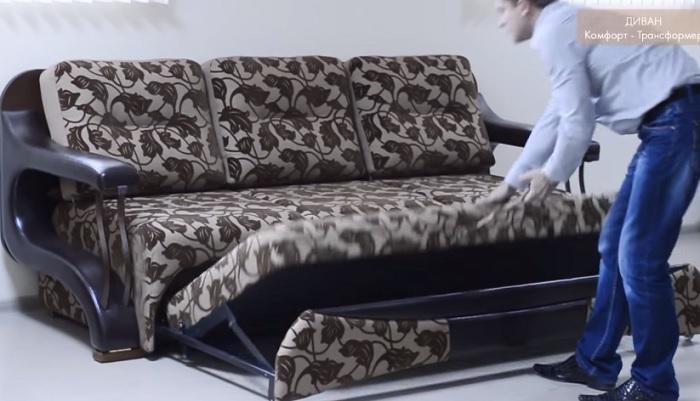 В раскладном положении на этом диване поместятся с комфортом три человека.