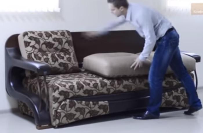 Убрать подушки и потянуть спинку на себя.