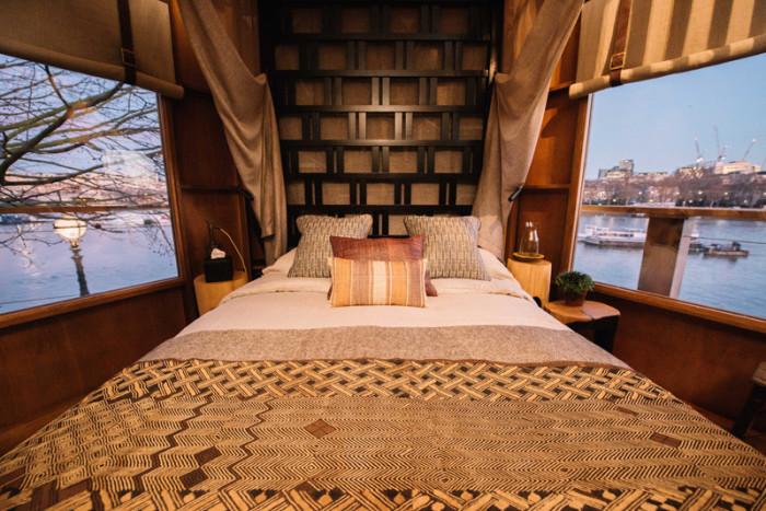 Колоритная спальня в домике на дереве.