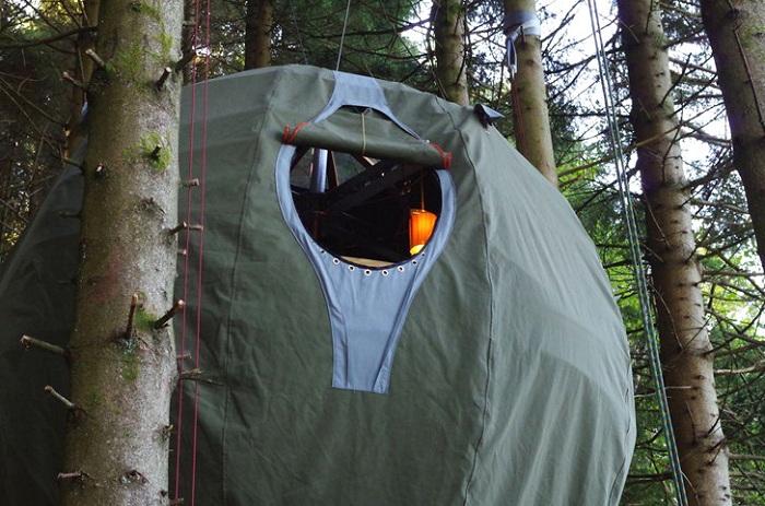 Палатка, подвешенная между деревьев - вариант для любителей нестандартного отдыха.