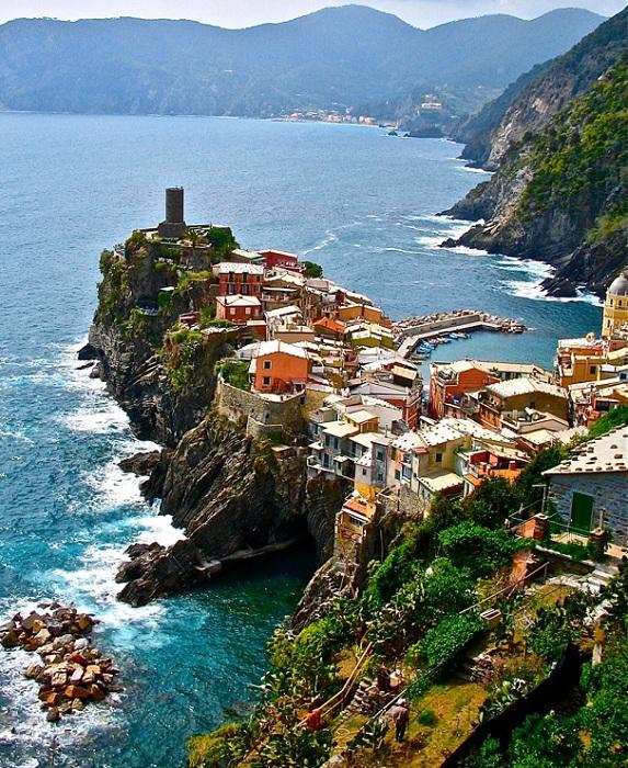 Vernazza - небольшой городок в скалистой бухте.