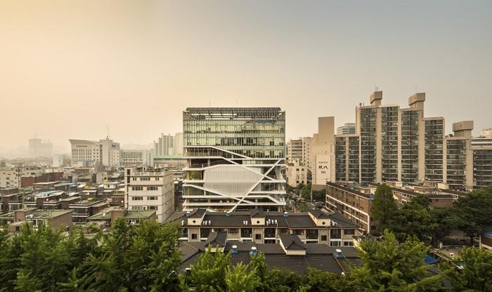 Культурный центр построен в одном из беднейших районов Сеула (Южная Корея).