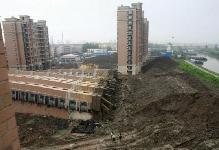 Рухнувшая шанхайская 15-этажка.