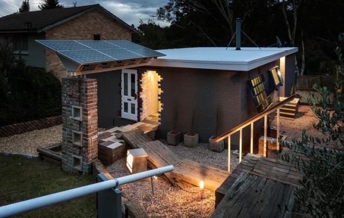 Up-Cycle House - дом с «недостроенным крыльцом и входом»