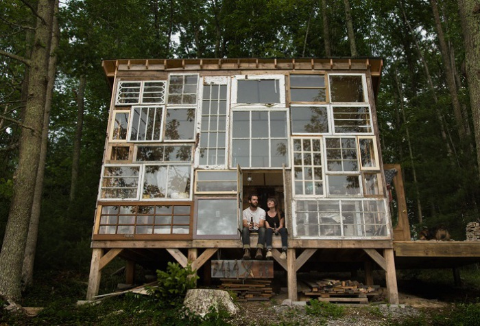 Дом из старых оконных рам стоимостью всего 500 долларов.