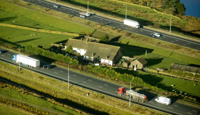 Фермерский участок, который находится на британской трассе М62.