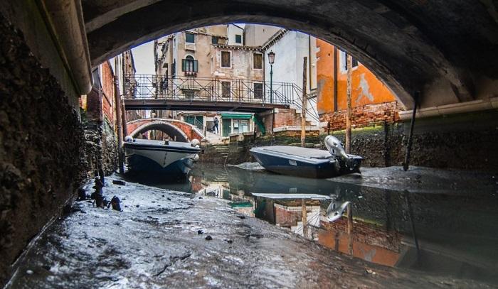 Уровень воды в Венеции резко упал.