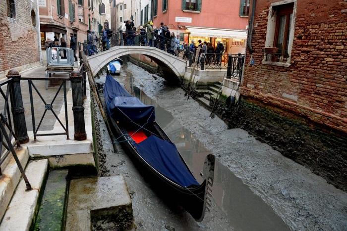 Каналы Венеции остались без воды, все лодки увязли в грязном иле.