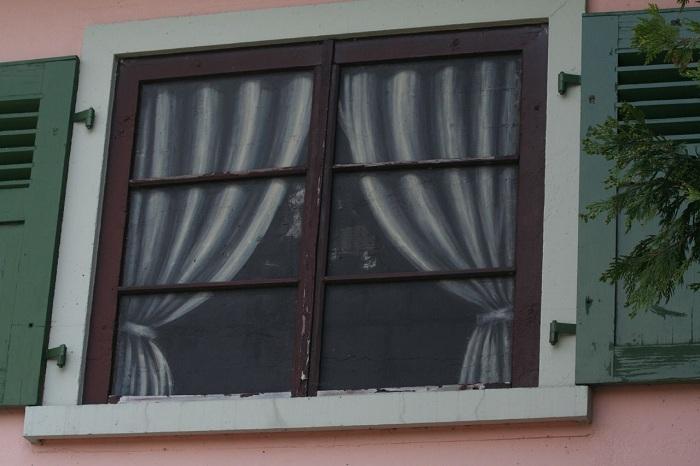 Нарисованное окно фальшивого фасада.