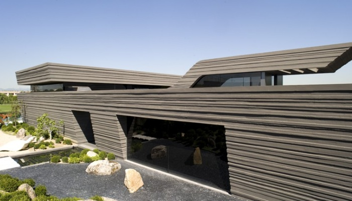 Фасад напоминает скальные образования.
