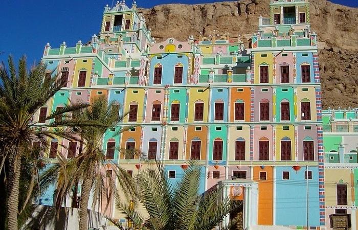 Al-Khurayba - город с разноцветными домами.