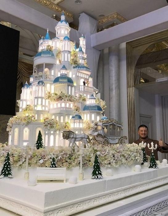 Торт, изготовленный известным кондитером Ренатом Агзамовым.