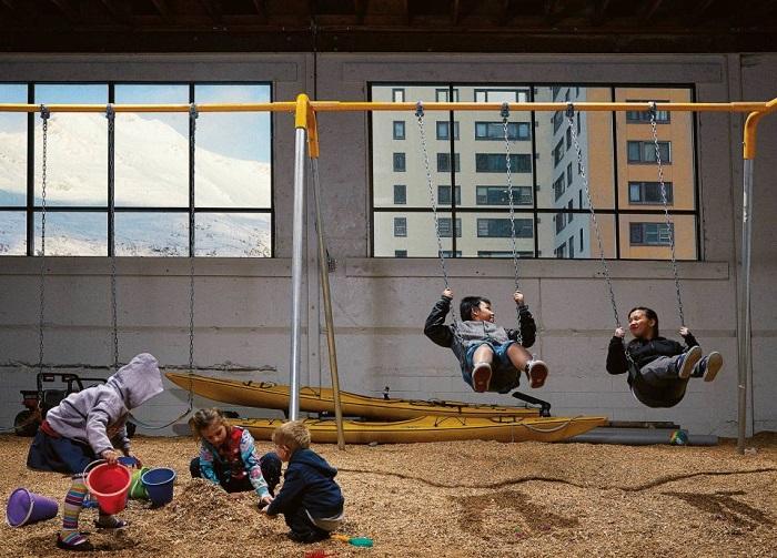 Детская площадка под навесом.