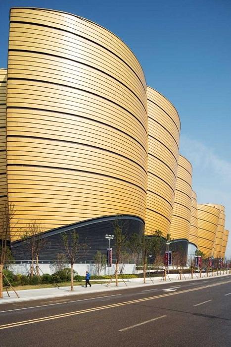 Фасад здания выполнен в виде китайских колоколов.