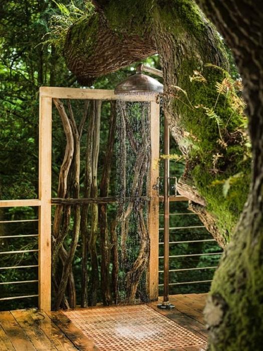 Будинок на дереві Woodsman's Treehouse.  Літній душ.