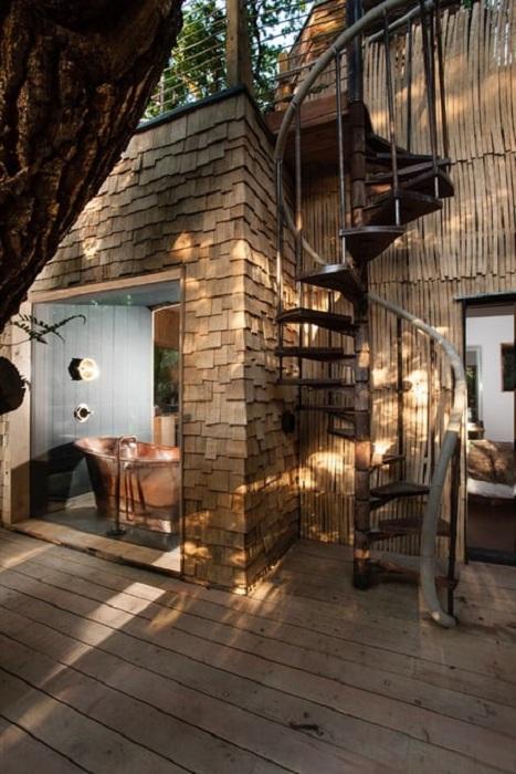 Будинок на дереві Woodsman's Treehouse.  Мідна ванна.