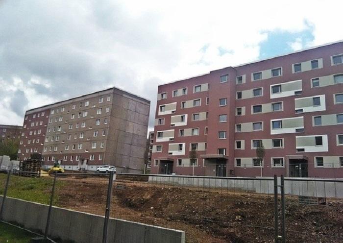 Панельные дома с прежним и отремонтированных фасадом.