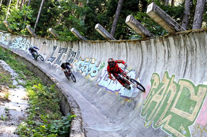 Трасса для бобслея, ставшая треком для экстремалов на велосипедах.