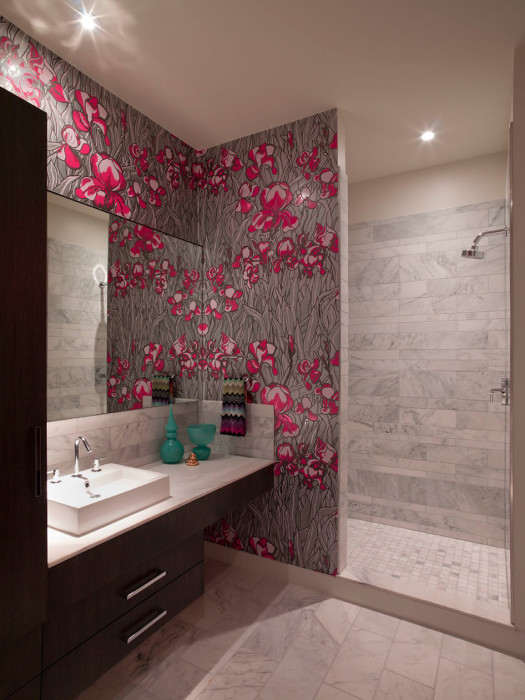 Использование плитки с цветами для оформления стен ванной комнаты.