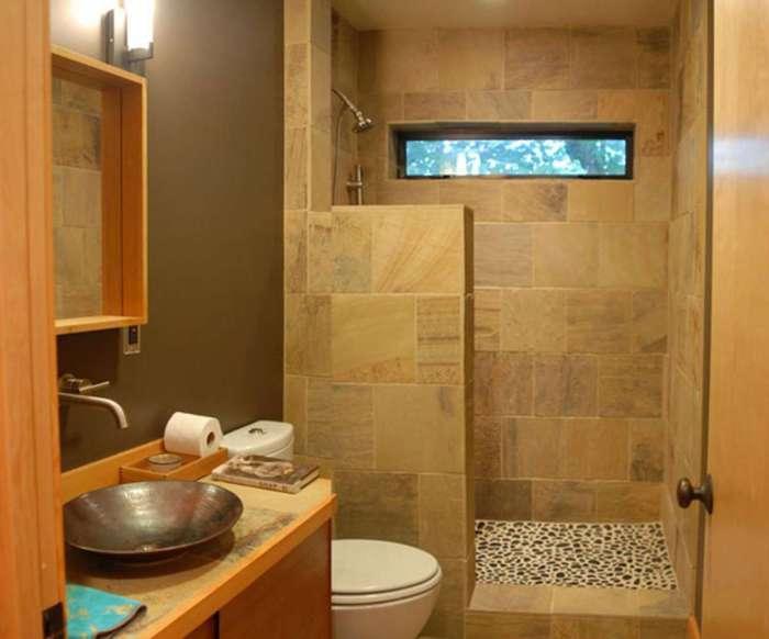 Маленькая ванная комната в теплых тонах.