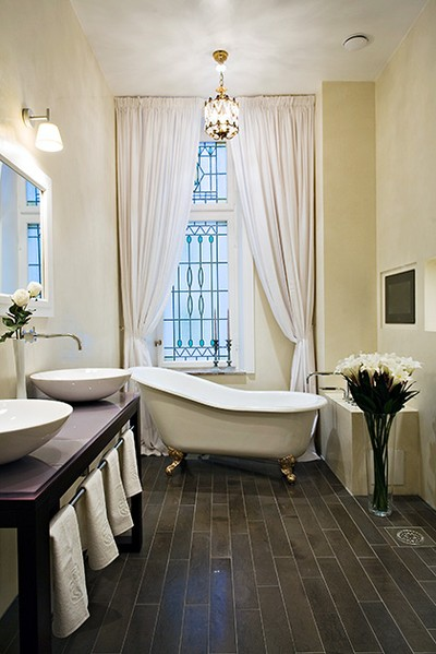 Шторы, придающие элегантность интерьеру ванной комнаты.