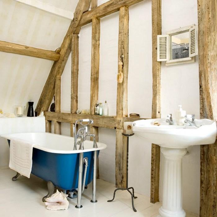 Ванная комната с деревянными балками.