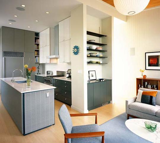 Кухня, обособленная при помощи стеллажей.