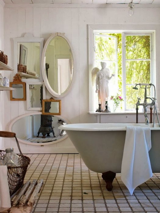 Использование зеркал для оформления ванной комнаты.