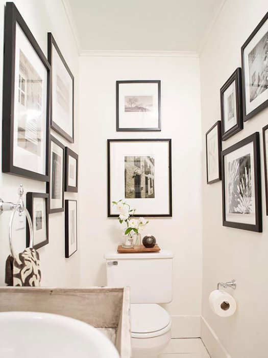 Картины на стене туалетной комнаты.