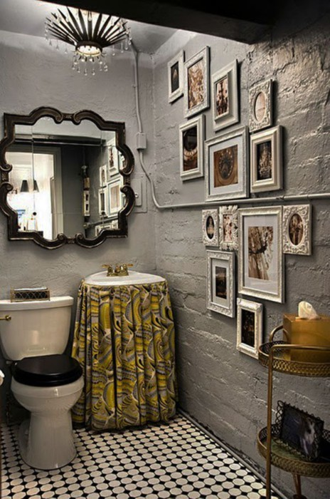 Туалет, оформленный картинами.