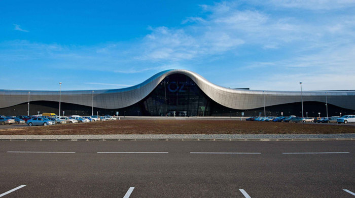 Торговый центр OZ в форме серебристого крыла.