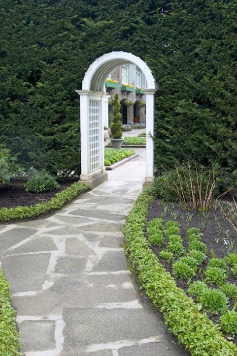 Садовая арка – несложная конструкция, которая играет роль связующего звена между несколькими функциональными зонами.