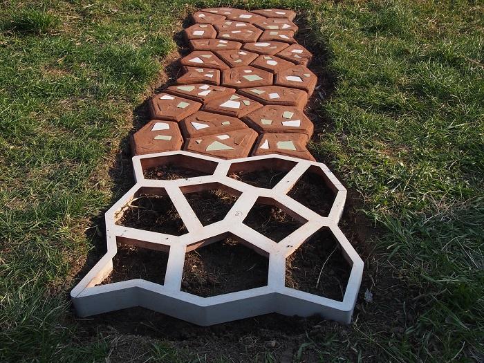 Для создания современной садовой дорожки понадобится раствор, трафарет, вдохновение и свободное время.