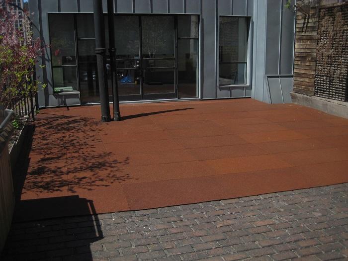 Резиновое покрытие для заднего двора, которое изготавливается из изношенных шин.
