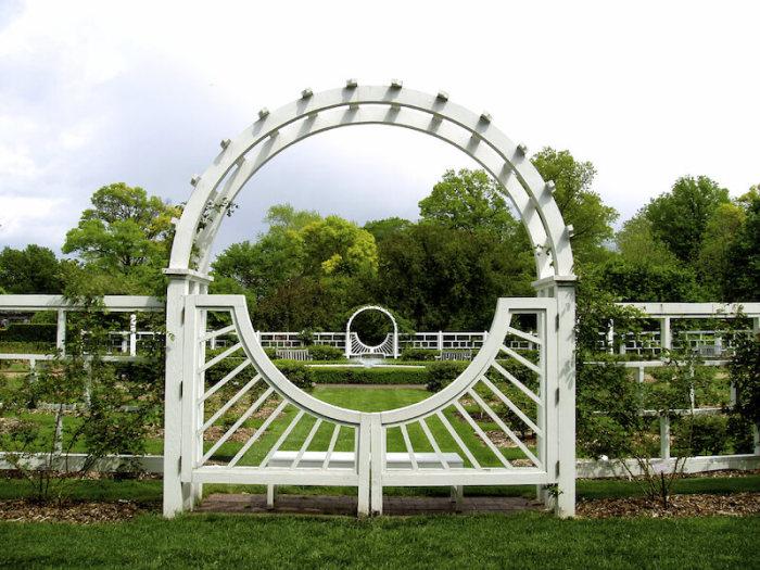 Садовая арка, которая является не только декоративным сооружением, но и современной функциональной архитектурной конструкцией.