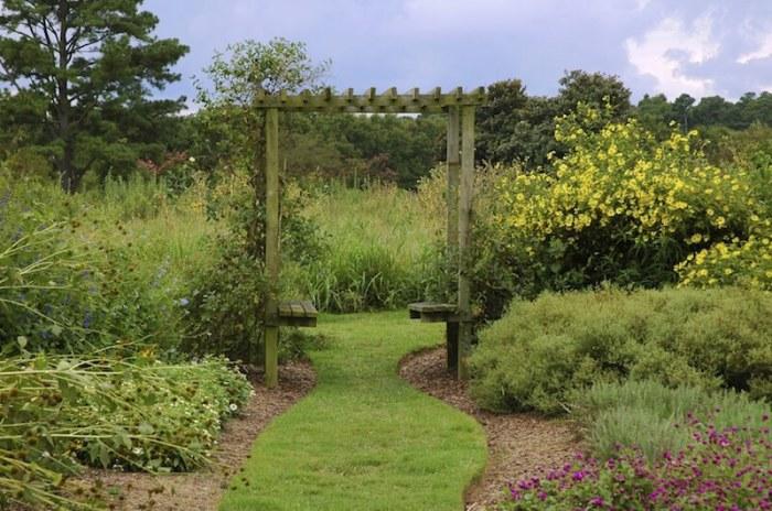 Оригинальная конструкция, состоящая из расположенных друг напротив друга деревянных реек, которые скреплены перемычками.