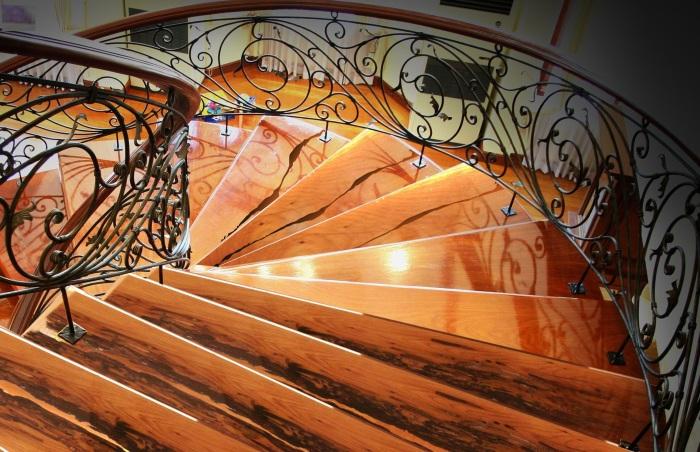 Кованые перила для деревянной лестницы способны придать интерьеру роскоши и благородства.