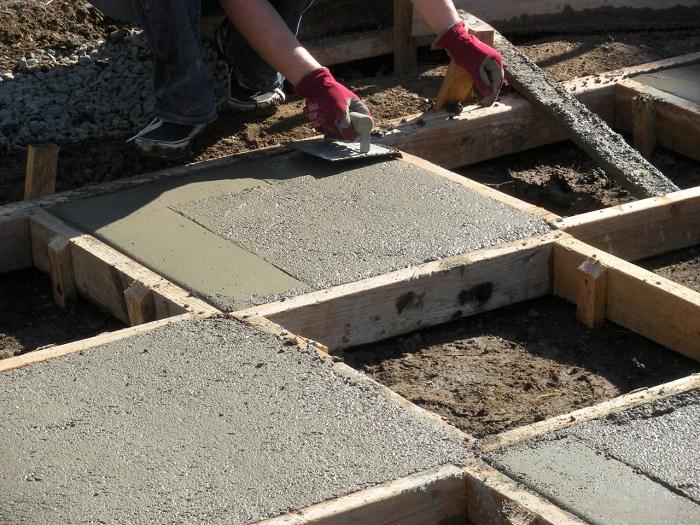 Садовая дорожка в виде шахматной доски, которую можно создать из прямоугольных бетонных плит.