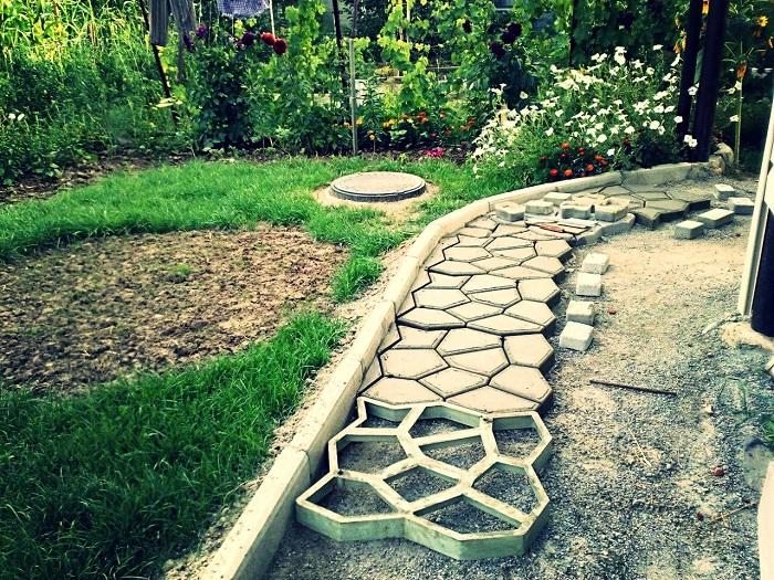 Специальную форму для создания садовой дорожки из бетона можно приобрести практически в любом строительном магазине.